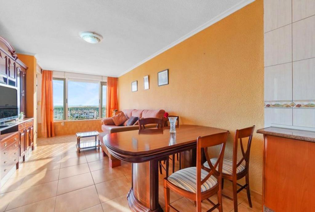 zbliżenie na jadalnię w ekskluzywnym apartamencie do sprzedaży Hiszpania (Costa Blanca, Orihuela Costa, Punta Prima)
