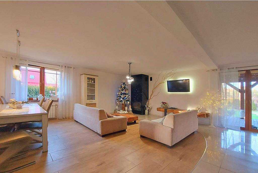 przestronny pokój gościnny w ekskluzywnej willi do sprzedaży Leszno (okolice)