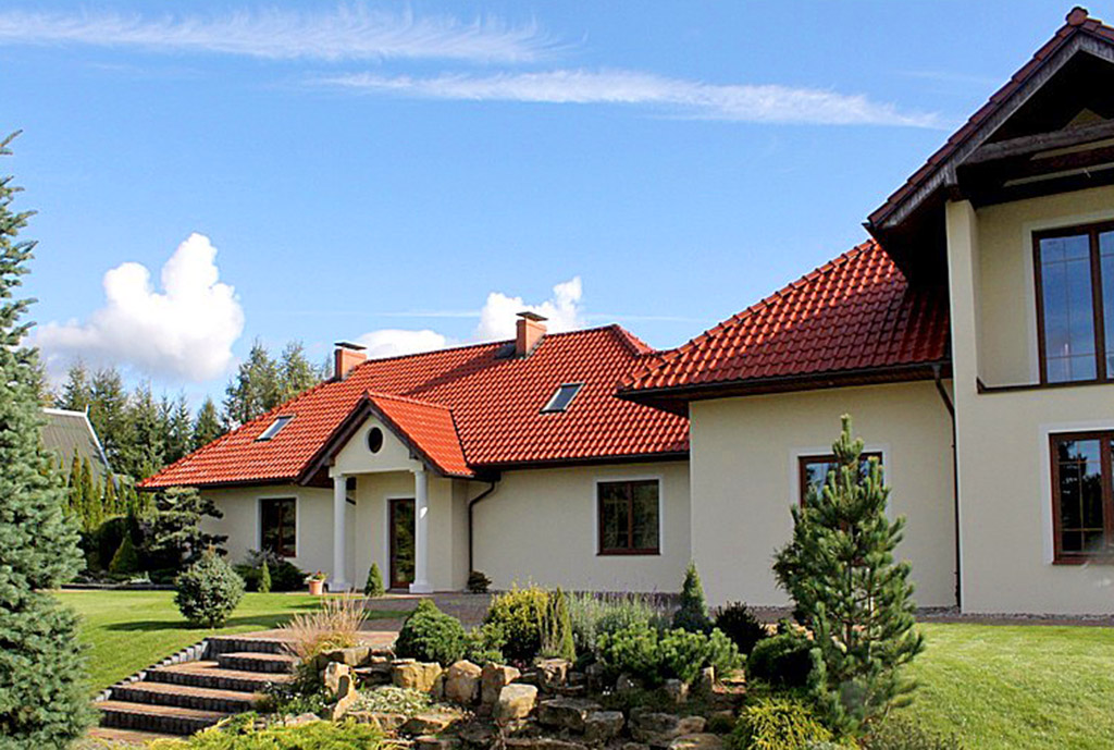 na pierwszym planie przepiękny ogród wokół ekskluzywnej willi do sprzedaży Starogard Gdański