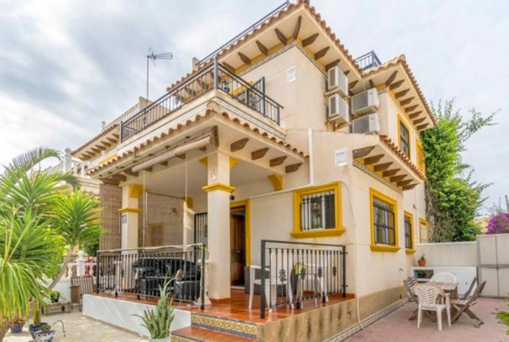 imponująca rozmachem bryła luksusowej willi na sprzedaż Hiszpania (Costa Blanca, Orihuela Costa)