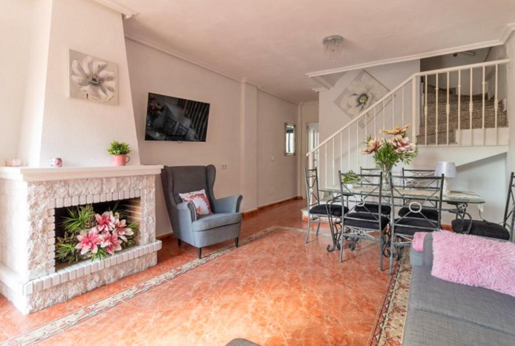 zbliżenie na kominek w salonie ekskluzywnej willi do sprzedaży Hiszpania (Costa Blanca, Torrevieja)