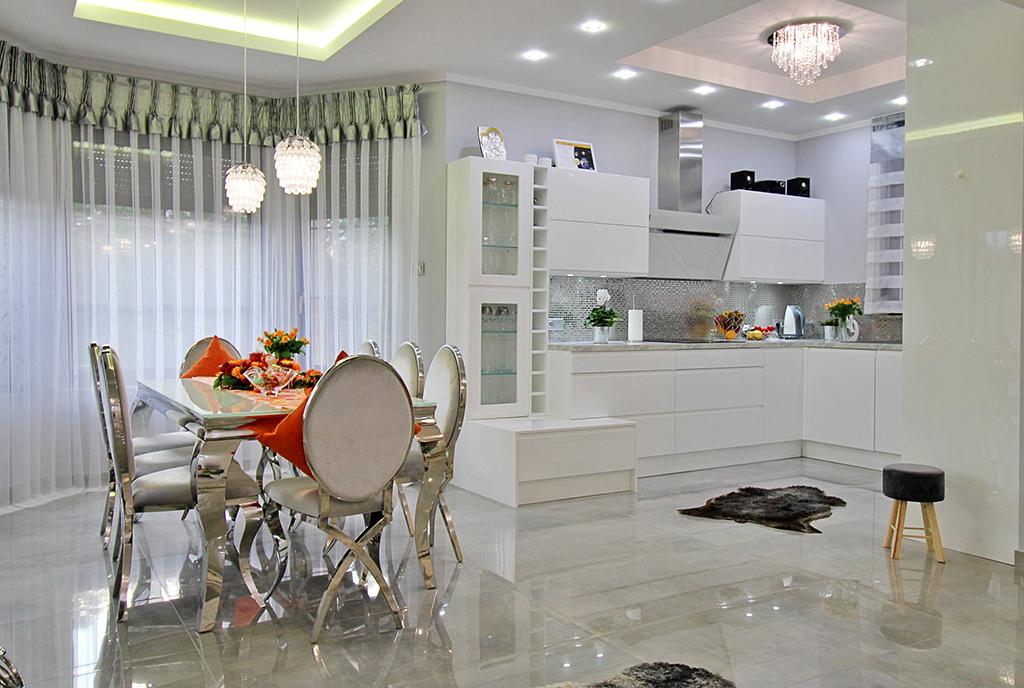 zdjęcie prezentuje komfortową jadalnię i kuchnię w luksusowej willi na sprzedaż Gorzów Wielkopolski