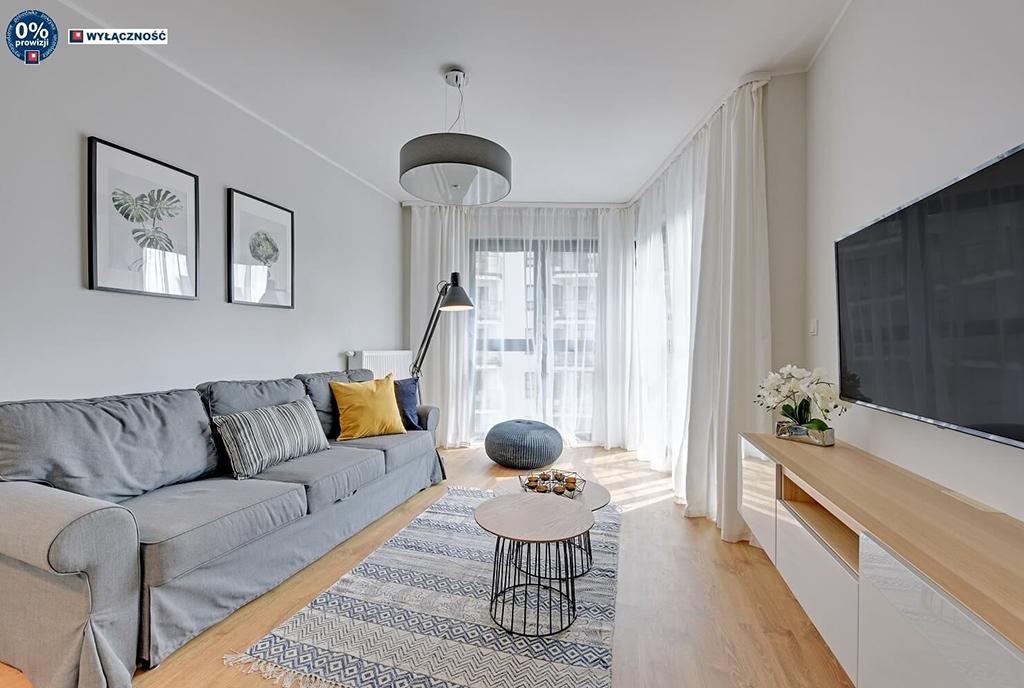 słoneczny pokój dzienny w ekskluzywnym apartamencie do sprzedaży Legnica