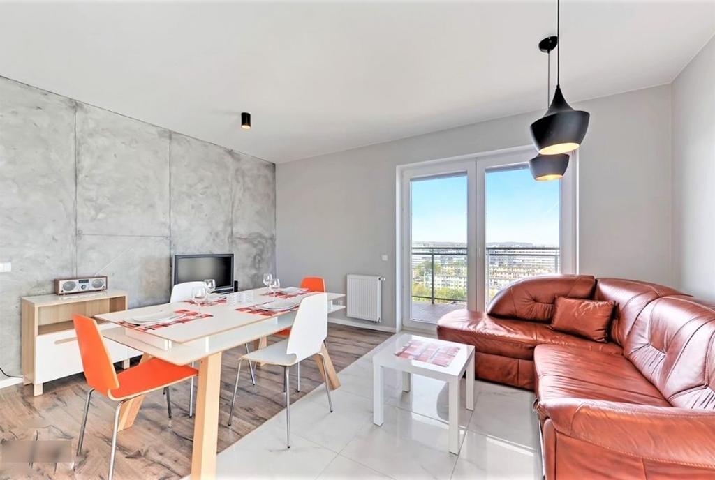słoneczny pokój gościnny w ekskluzywnym apartamencie do sprzedaży Gdańsk