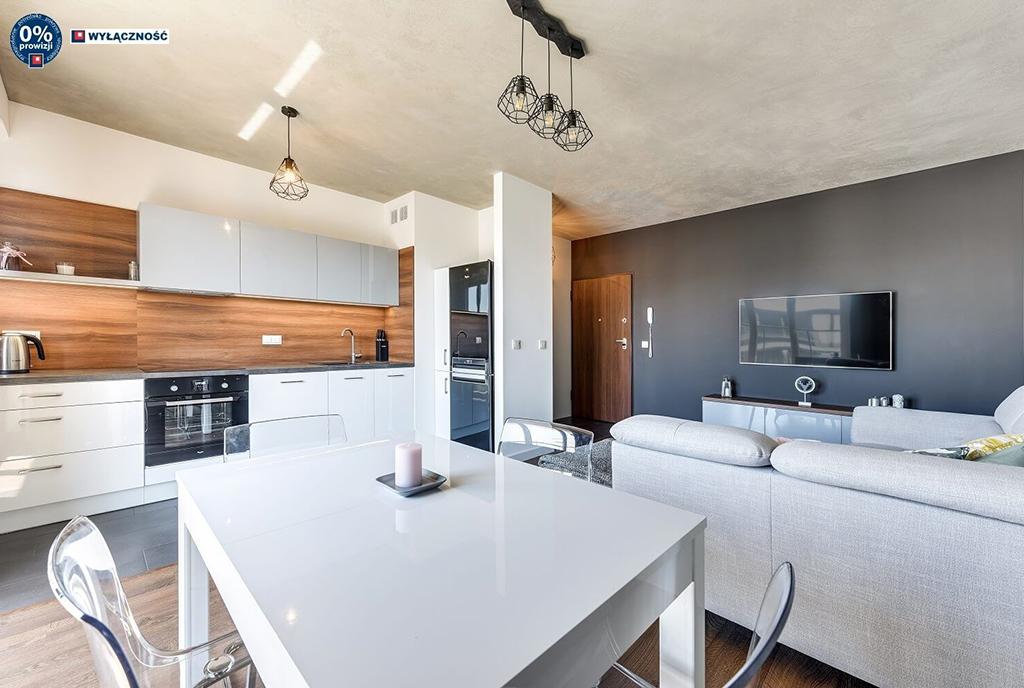 widok od strony jadalni na wnętrze ekskluzywnego apartamentu do sprzedaży Legnica