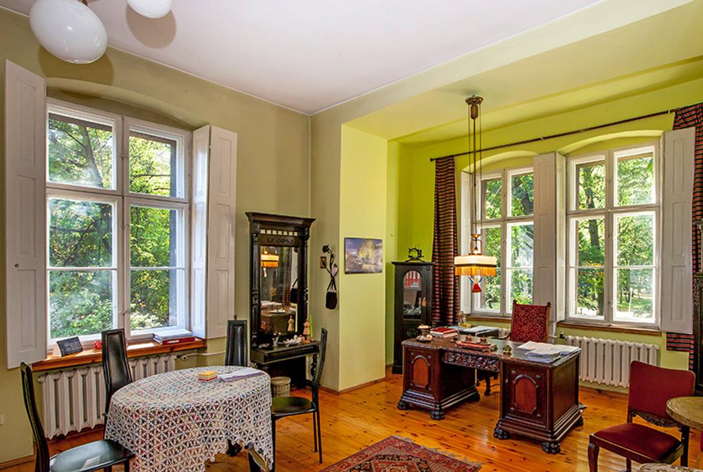 wytworny pokój dzienny w luksusowym dworze na sprzedaż Katowice (okolice)