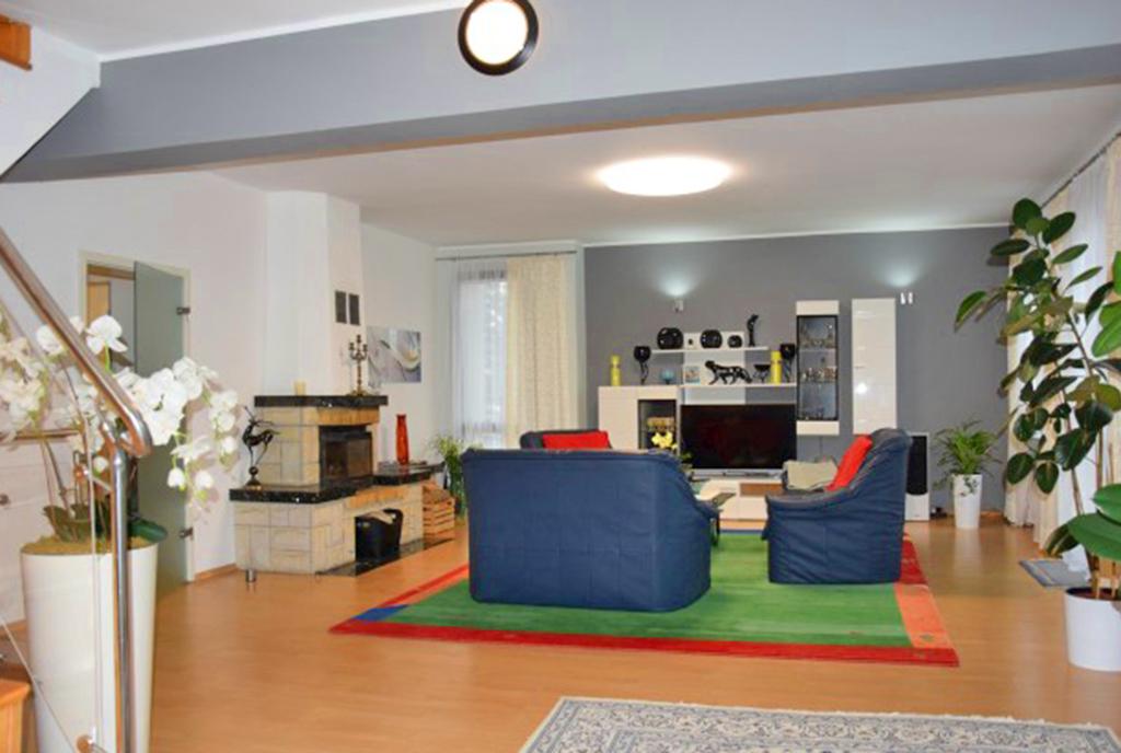 komfortowy salon z kominkiem w ekskluzywnej willi do wynajęcia Słupsk