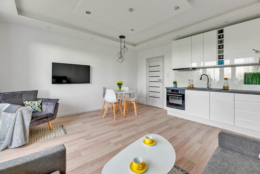 zbliżenie na pokój dzienny, jadalnię i aneks kuchenny w luksusowym apartamencie na sprzedaż Gdańsk