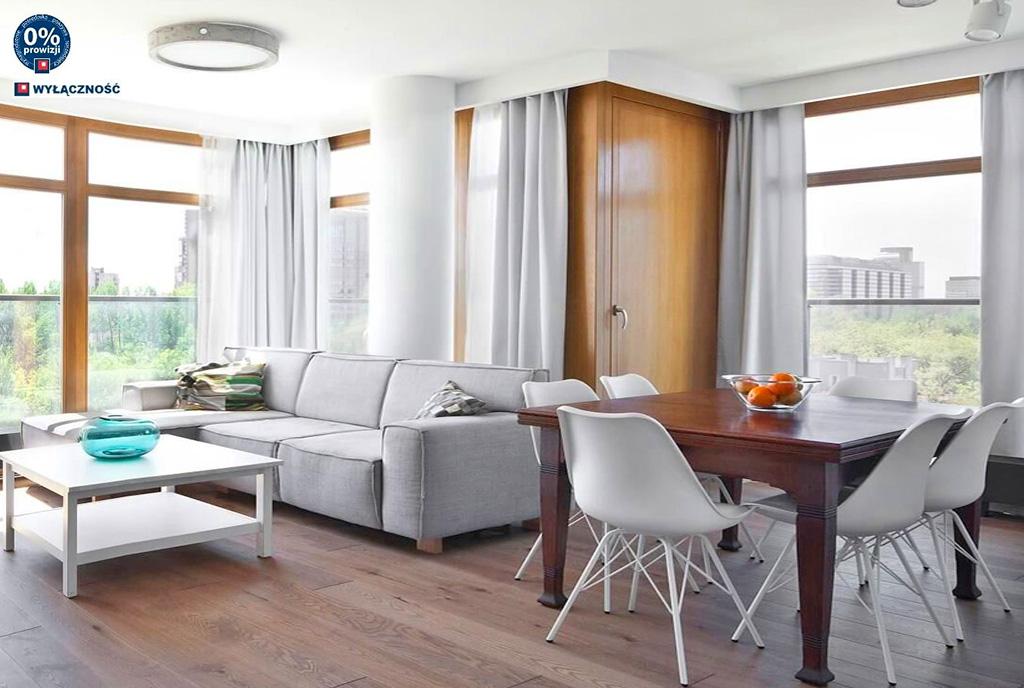 imponujący nieskazitelną elegancją pokój gościnny w luksusowym apartamencie na sprzedaż Legnica