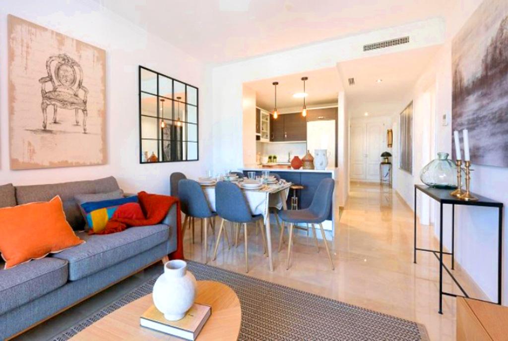 słoneczne wnętrze ekskluzywnego apartamentu do sprzedaży Hiszpania (Manilva, Malaga)