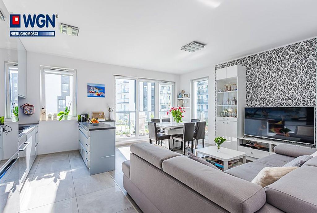 słoneczne wnętrze pokoju gościnnego w luksusowym apartamencie do sprzedaży Gdańsk