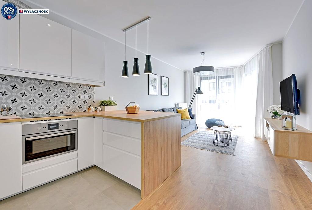 widok od strony aneksu kuchennego na salon w luksusowym apartamencie na sprzedaż Legnica