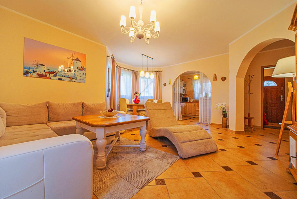 druga strona salonu w ekskluzywnej willi do sprzedaży Bolesławiec (okolice)