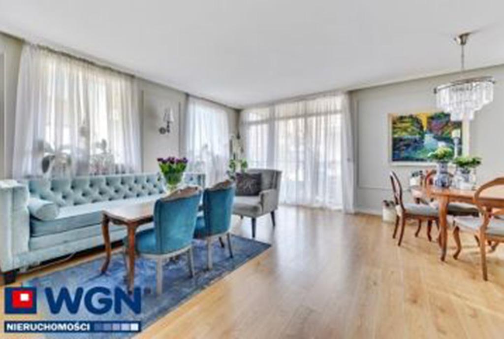 zdjęcie prezentuje jadalnię i pokój dzienny w ekskluzywnym apartamencie do sprzedaży Gdańsk