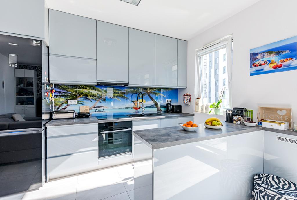 praktycznie urządzona kuchnia w ekskluzywnym apartamencie do sprzedaży Gdańsk