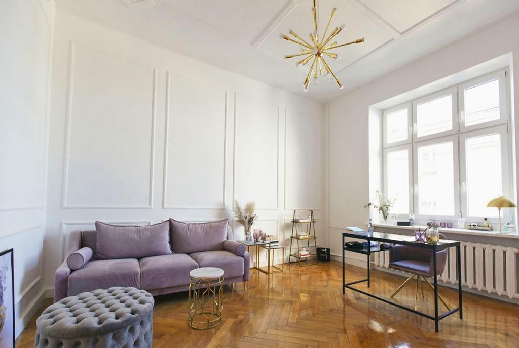 wyróżniający się elegancją pokój dzienny w luksusowym apartamencie na sprzedaż Łódź