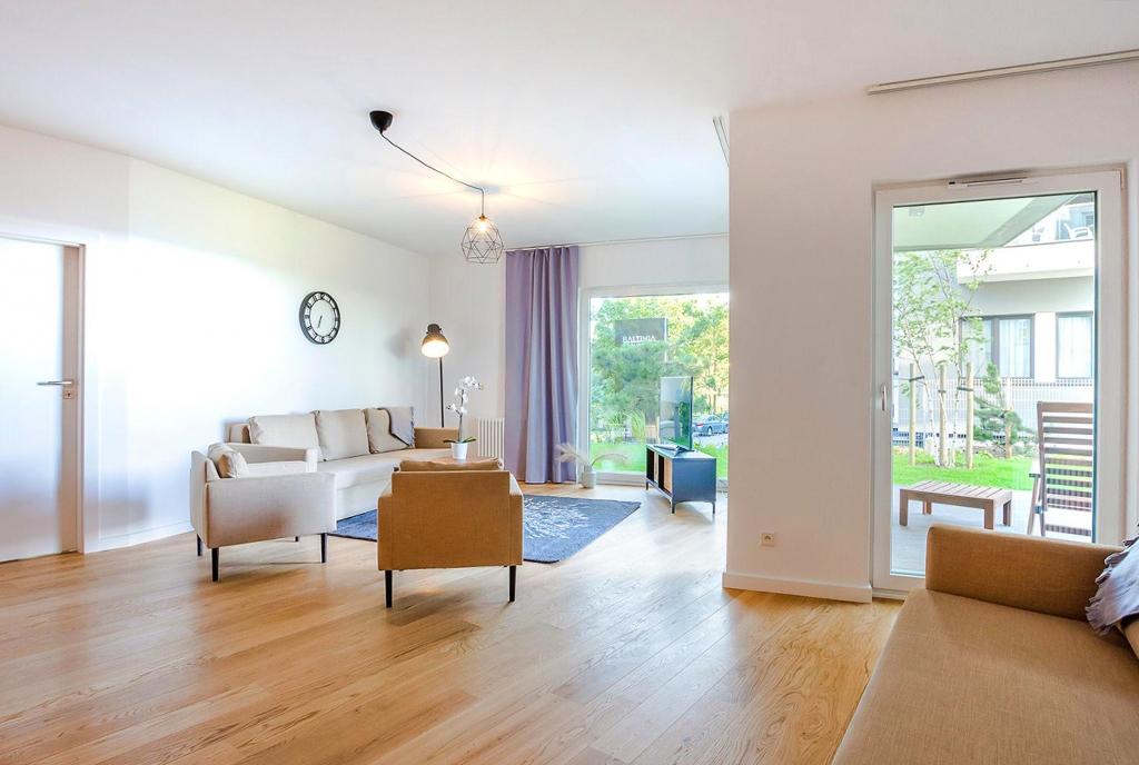 wytworny pokój dzienny w ekskluzywnym apartamencie do sprzedaży nad morzem