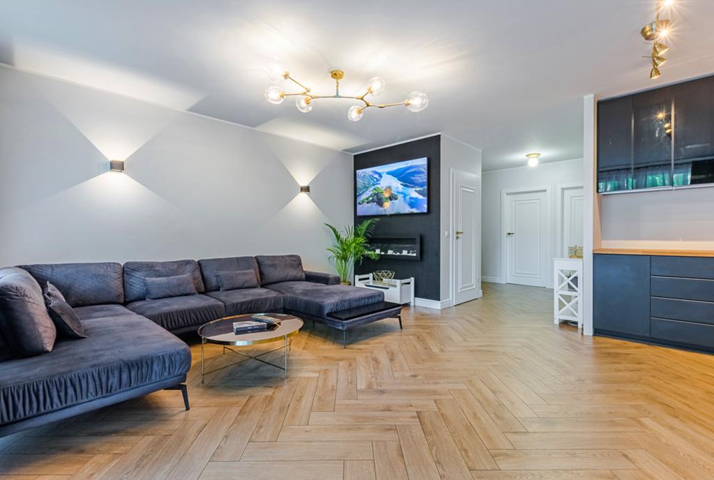 zaprojektowany zgodnie z najnowszymi trendami pokój dzienny w luksusowym apartamencie na sprzedaż Gdańsk