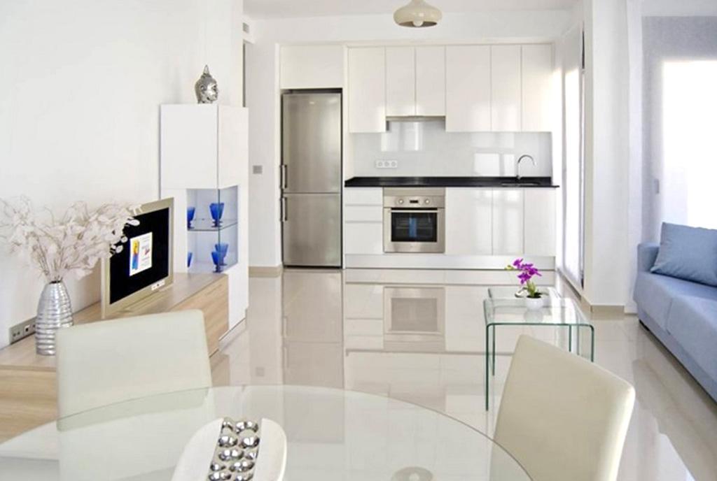 widok z salonu na kuchnię w luksusowym apartamencie do sprzedaży Hiszpania (Los Montesinos)
