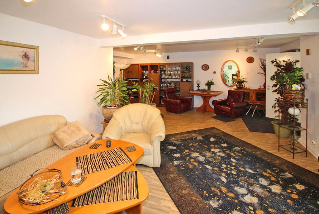 widok na pokój dzienny w ekskluzywnym apartamencie do sprzedaży Łódź