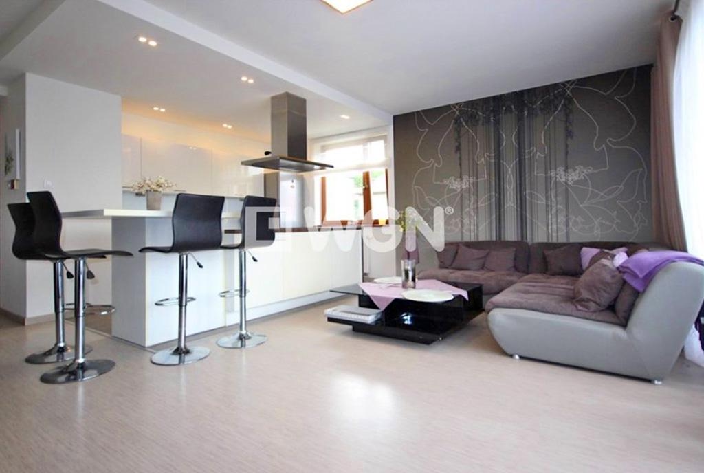 zaprojektowany zgodnie z najnowszymi trendami salon w ekskluzywnym apartamencie do wynajęcia Szczecin