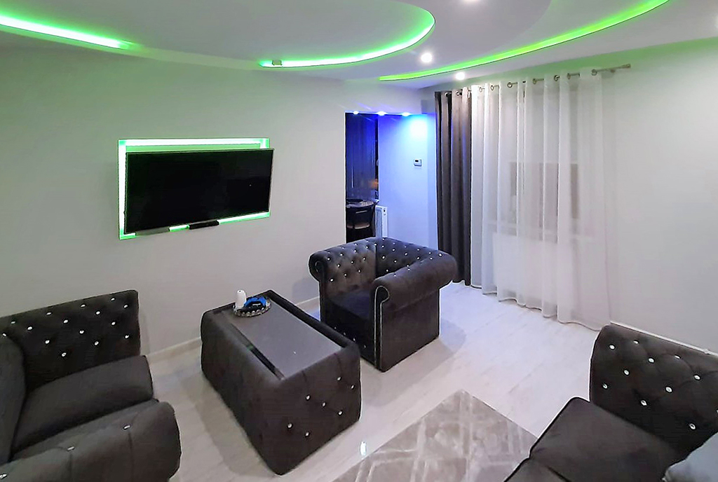 zaprojektowany zgodnie z najnowszymi trendami salon w ekskluzywnym apartamencie na sprzedaż Zielona Góra (okolice)
