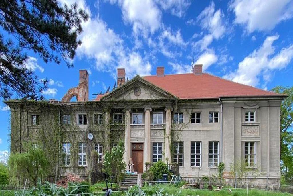 frontowa cześć ekskluzywnego pałacu do sprzedaży Dolny Śląsk