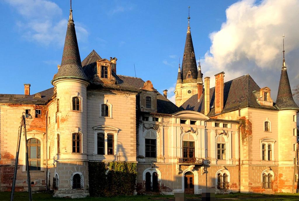 boczna elewacja pałacu do sprzedaży Dolny Śląsk