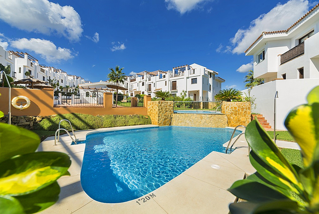 widok na osiedle z basenami, gdzie znajduje się oferowana na sprzedaż luksusowa willa Hiszpania