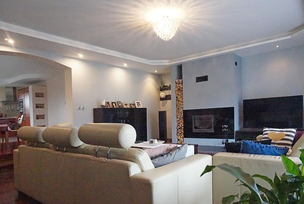 na zdjęciu stylowy salon z kominkiem w ekskluzywnej willi do sprzedaży Wrocław