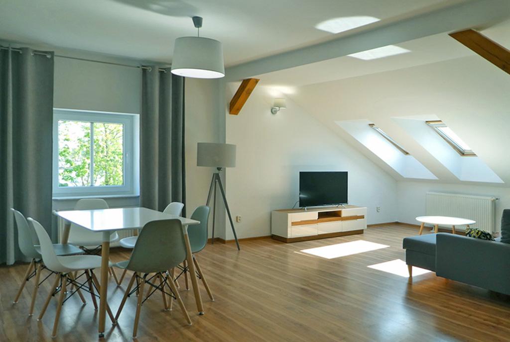 imponujący pokój dzienny w ekskluzywnym apartamencie do sprzedaży Mazury