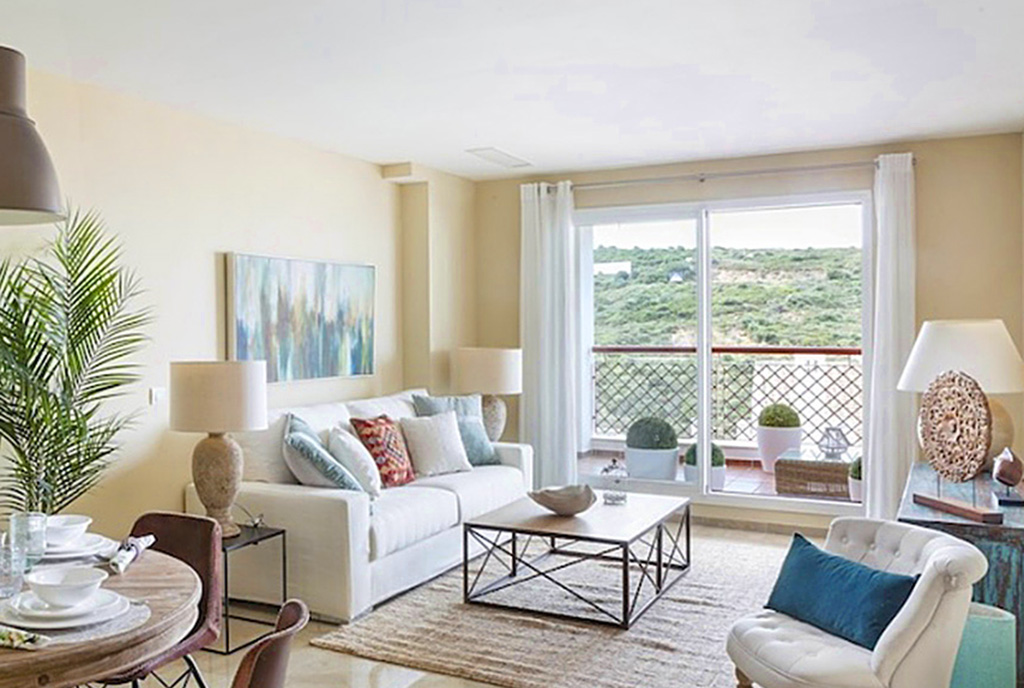 kameralny pokój dzienny w ekskluzywnym apartamencie do sprzedaży Hiszpania (La Alcaidesa, Sotogrande)