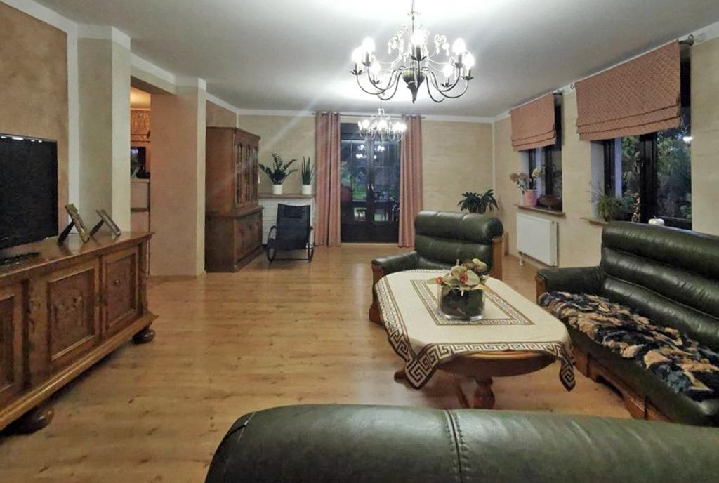 stylowo wykończony pokój dzienny w ekskluzywnej willi do sprzedaży Zielona Góra (okolice)
