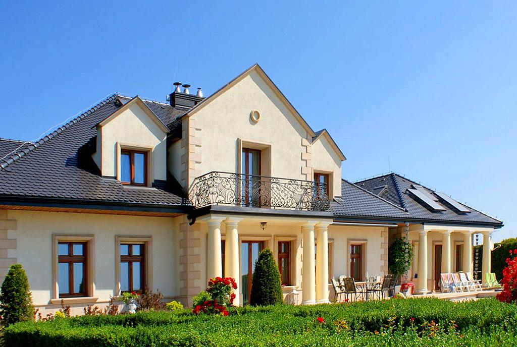 widok od strony ogrodu na luksusową willę do sprzedaży Legnica